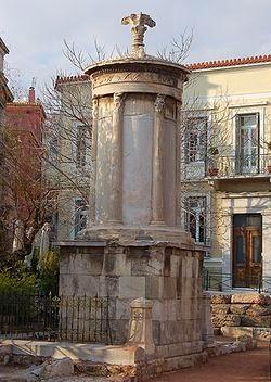 Το μνημείο του Λυσικράτη - Monumenti i Lisikratit Tο ανήγειρε ο Λυσικράτης του Λυσιθείδη κατά την 111η Ολυμπιάδα (335-334π.Χ.). E ngriti Lisikrati i Lisitidit gjatë Olimpiadës së 111 (335-334. p.K)